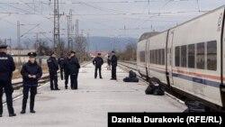 Policija ne dopušta migrantima izlazak iz voza