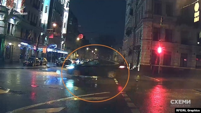 Tesla спочатку поїхала вгору бульваром Шевченка, а вже за хвилину цією ж дорогою спустилась повз готель вниз