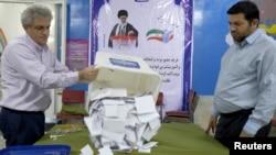 Тегеранда добуштарды саноодон бир көрүнүш. 26-февраль, 2016-жыл.