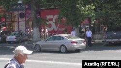 Гагарин урамы юл читенедә полиция хезмәткәрләре тора