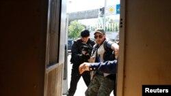 Полицейский спецназ задерживает журналиста, намеревавшегося освещать акцию протеста по земельной реформе. Алматы, 21 мая 2016 года.