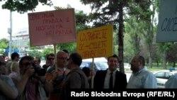 Новинарите протестираа пред Основниот суд во Скопје.