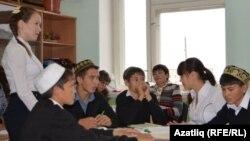 Төмән өлкәсендә татар телен үзләштерүче укучылар. Архив фотосы