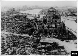 در پی بمباران اتمی هیروشیما و ناگازاکی دستکم ۱۲۹ هزار نفر کشته شدند (یادمان صلح هیروشیما در تصویری که پس از بمباران گرفته شده است)