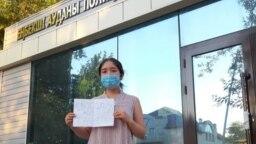 Гражданская активистка Фариза Оспан у здания управления полиции Енбекшинского района Шымкента, в котором, по ее словам, ее удерживали около трех часов, подвергая унижениям.