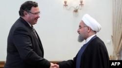 Presidenti iranian, Hassan Rohani (djathtas) dhe udhëheqësi i kompanisë franceze, Total, Patrick Pouyanne Chairman, foto nga arkivi.