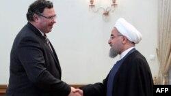 دیدار پاتریک پویان، رئیس اجرایی شرکت توتال، با حسن روحانی، رئیس جمهوری ایران، پس از امضای قرارداد توسعه فاز ۱۱ پارس جنوبی.