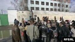 Под стенами СИЗО, куда свозили белорусских оппозиционеров