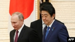 Russian President Vladimir Putin (left) and Japanese Prime Minister Shinzo Abe in Tokyo in December