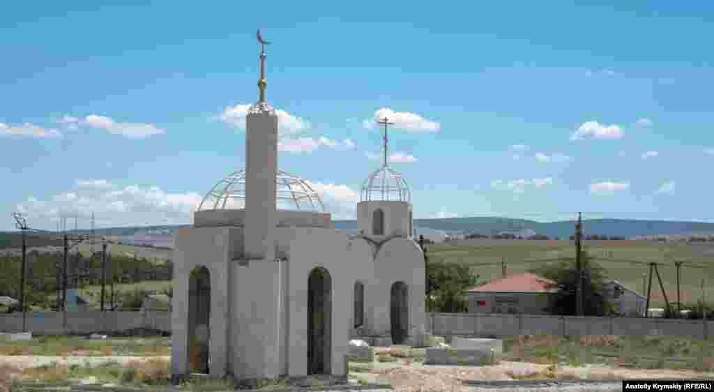 Встановлені поруч каплиця і мечеть все ще недобудовані