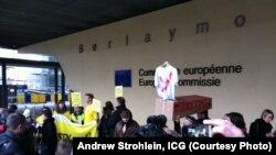 Президент Ислом Каримовнинг Брюсселга ташрифига қарши Европа Комиссияси биноси олдида норозилик намойиши ўтказилди.
