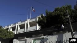 Триполидегі Франция елшілігіне қарсы жазылған сөздер.