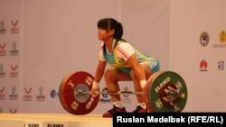 Олимпийская чемпионка казахстанская штангистка Зульфия Чиншанло. Алматы, 10 ноября 2014 года.