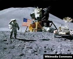 """Місія """"Апалён 11"""" на паверхні Месяца"""