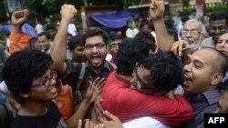 Aktivistë social brohorasin të gëzuar pas vendimit të dënimit me vdekje të liderit islamik, Abdul Quader Molla