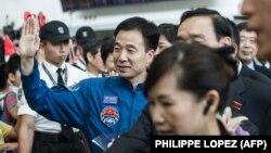 جینگ هایپنگ در این تصویر در فرودگاه هنگکنگ دیده میشود