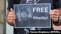 Участники акции протеста, требующие освободить Хадиджу Исмайлову