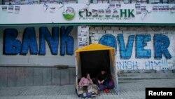 Активисты ультраправых сил в палатке у заблокированного ими офиса Сбербанка в Киеве. 15 марта 2017 года.