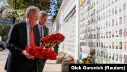 John Bolton depunând coroane de flori în memoria soldaților căzuți în recentul conflict din estul Ucrainei