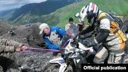 Спасатели оказывают помощь иностранным туристам.