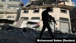 یک مبارز فلسطینی پس از حمله اسرائیلیها در شهر غزه، ۱۲ نوامبر ۲۰۱۹