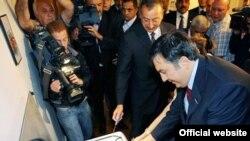 Президенты Азербайджана и Грузии на церемонии начала подачи природного газа для внутреннего грузинского потребления, 1 июля 2008