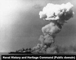 Амэрыканскі авіяносец гарыць у выніку трапляньня японскай бомбы. 24 кастрычніка 1944