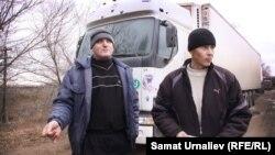 Жители Крыма Анатолий Василенко и Сергей Антоненко, водители арестованной в Казахстане машины. Уральск, 12 ноября 2014 года.