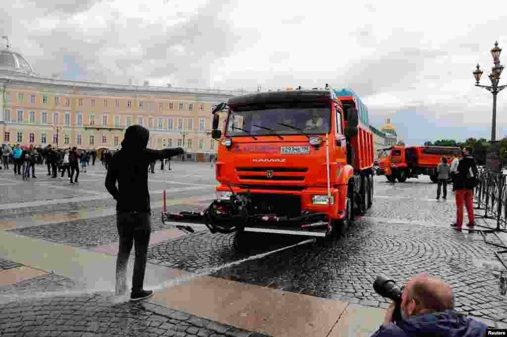 Під час протесту проти поправок до Конституції РФ вирішили почистити площу в Санкт-Петербурзі, на якій зібралися протестувальники. 1 липня 2020 року