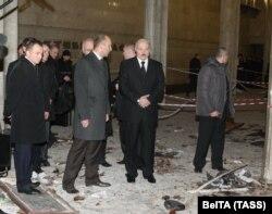 Лукашэнка ў атачэньні службы бясьпекі аглядае месца выбуху ў менскім мэтро 12 красавіка 2011 году