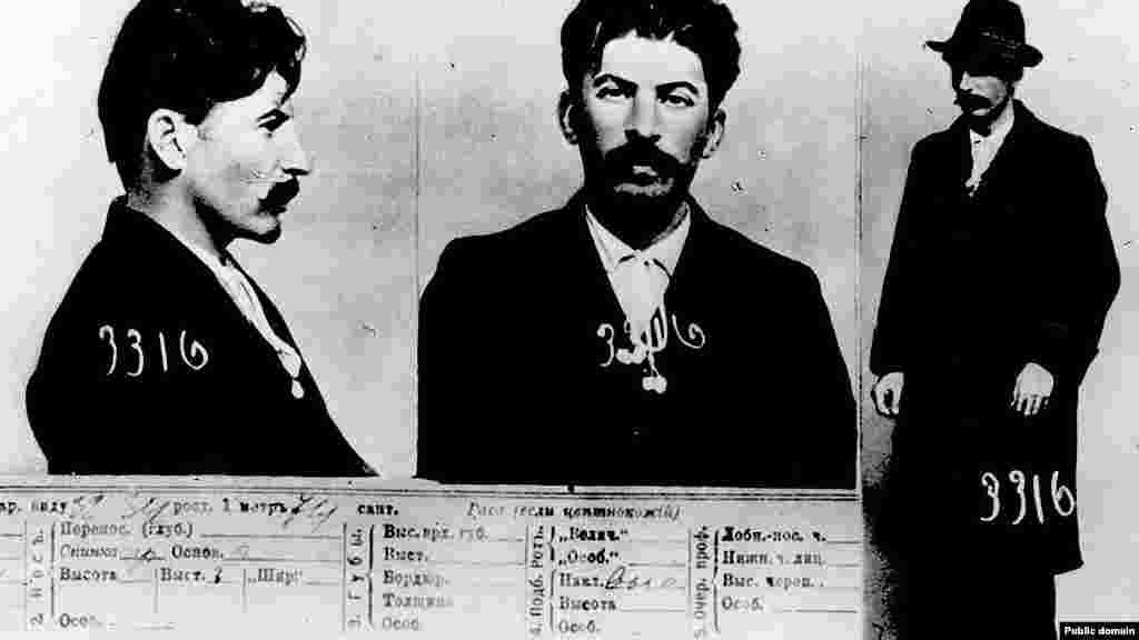Фотографії з поліцейського досьє, зроблені на початку 1900-х років. На них зображений чоловік, який пізніше стане відомий як Йосип Сталін. У роки, коли були зроблені знімки, група революціонерів здійснила пограбування банку центрі Тбілісі, вбивши приблизно 40 осіб