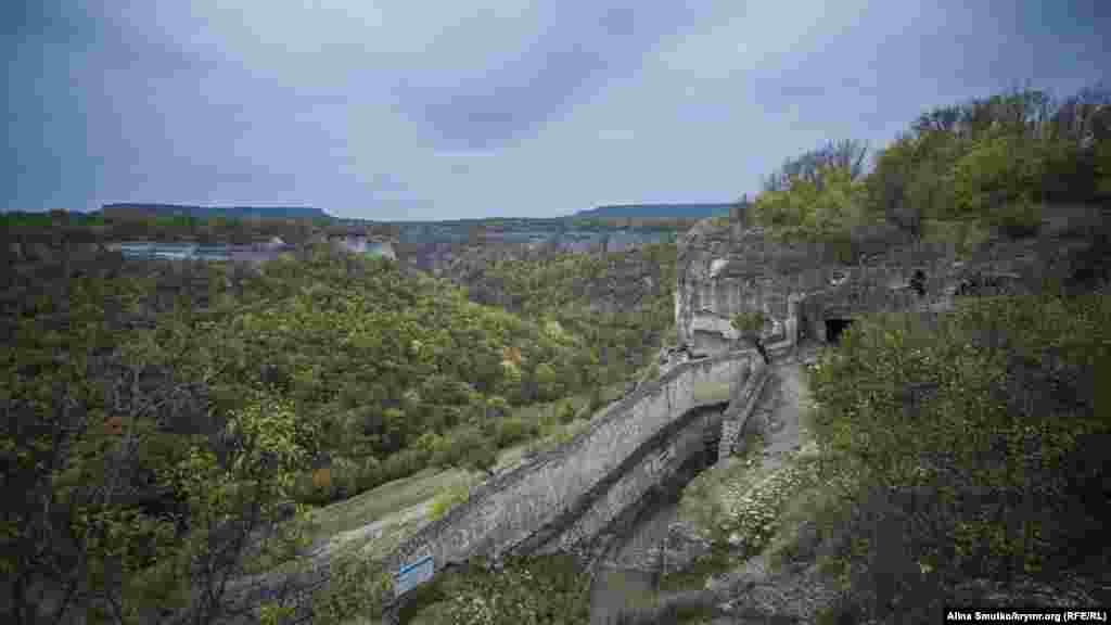 Вид з Чуфут-Кале в бік Свято-Успенського печерного монастиря. Згідно з однією з версій, він був заснований візантійськими ченцями в VII столітті