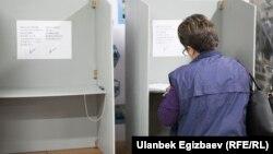 Избирательный участок в Бишкеке на президентских выборах в 2017 году.