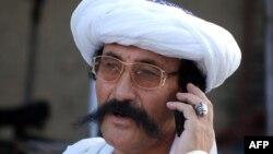 Ұялы телефонмен сөйлесіп тұрған мұсылман. Пәкістан, 2 тамыз 2012 жыл. (Көрнекі сурет)