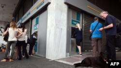 Afinada bankomatlar önündə növbədir