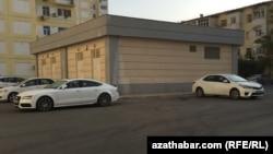 Автостоянка у жилого дома в Ашхабаде