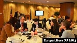 Ambasadorul John O'Keefe stînd de vorbă cu participanți Open World din R. Moldova la Biblioteca Congresului Statelor Unite.