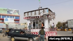 د کندز ښار یوه څلور لاره کې افغان پولیس ټرافیکي نظم برابروي