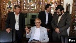 ریچارد فرای در جریان مراسم اهدای منزل مسکونی به او در شهر اصفهان که در دولت محمود احمدی نژاد انجام شد