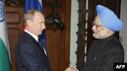 Indian Prime Minister Manmohan Singh (right) with Russian Prime Minister Vladimir Putin (file photo)