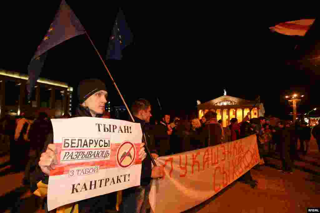 """Лукашенко на Западе называют """"последним диктатором Европы"""". Он пришел к власти в 1994 году. В ноябре 1996 года по результатам непризнанного Западом референдума о принятии поправок в Конституциюотсчет пятилетнего срока президентства Лукашенко начат заново.По официальной информации, он побеждал на выборах в 2001, 2006, 2010 году."""