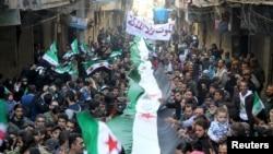 Сирия ерікті армиясы туын ұстап өтіп жатқан үкіметке қарсы шеру. Алеппо, 11 наурыз 2016 жыл.