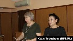 Адвокат Гульнара Жуаспаева (слева) и ее подзащитная Гульзипа Джаукерова пытаются получить ответы на свои вопросы от судьи Сырыма Джаксылыкова после оглашения постановления о помещении Джаукеровой под домашний арест. Алматы, 1 июня 2019 года.