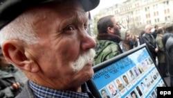 Сербія - Косовський серб з фотографіями людей, які пропали без вісті або були вбиті, Белград, 17 листопада 2008 р.