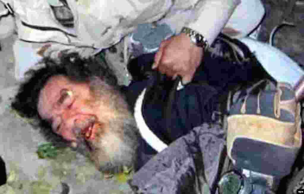 Iraq -- Saddam Hussein at his capture, 14Dec2003 - Amerikan xärbiläre Xösäyenne 2003neñ 13 Dikäberendä Tikrit qalası yanındağı ber awıl çitendä ezläp taptı. Ul qırıs şartlarda cir astındağı ber oyada qaçıp yäşägän bulğan. (epa)