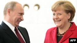 Президент России Владимир Путин (слева) и канцлер Германии Ангела Меркель (справа). Иллюстративное фото.