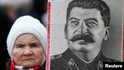 Женщина с портретом Сталина на улице в День защитника Отечества в России. Москва, 23 февраля 2015 года.