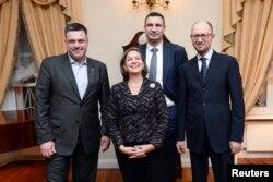 Лидеры оппозиции Украины Олег Тягнибок (слева), Виталий Кличко (второй справа), Арсений Яценюк (справа) и помощник государственного секретаря США Виктория Нуланд. Киев, 6 февраля 2014 года.