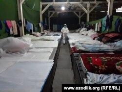 В период карантина рабочие автомобильного завода в городе Асаке тоже вынуждены работать, ночуя на бетонном полу складского помещения.