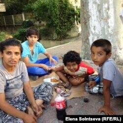 Айша со своими и соседскими детьми